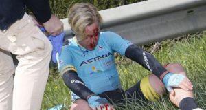 Michael Valgren crash fleche wallonne