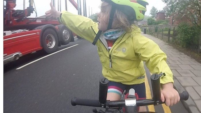 4-year-old cyclist gives lorry driver thumbs up for perfect pass